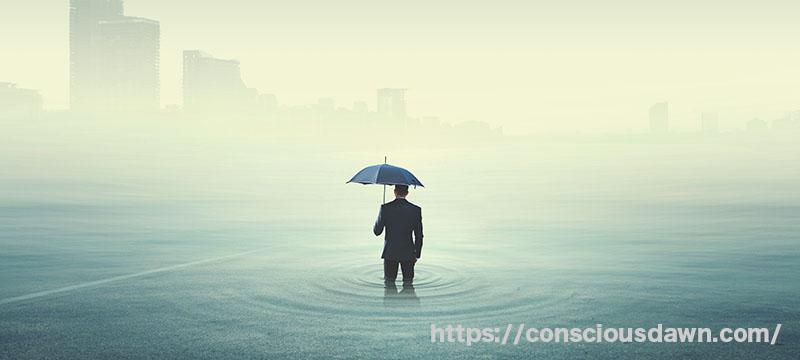 不思議な世界に傘を持ってたたずむ男